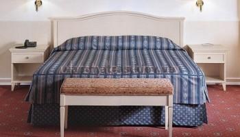 Выбираем кровать для классического интерьера спальни